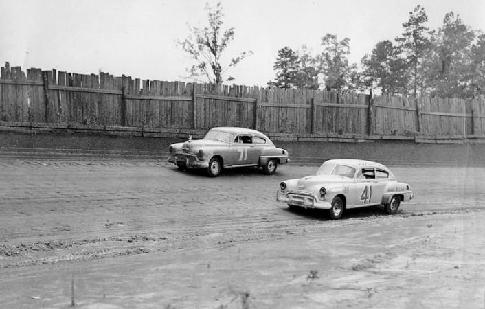 Sara Christian (71) a Curtis Turner (41) během závodu Wilkes 200 v roce 1949.